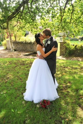Kissing wedding pic